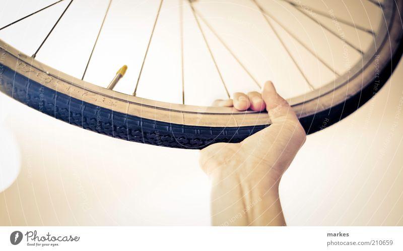 blau Hand weiß Freude schwarz gelb Metall Kraft festhalten Kunststoff Rad Begeisterung Tatkraft Speichen Ventil