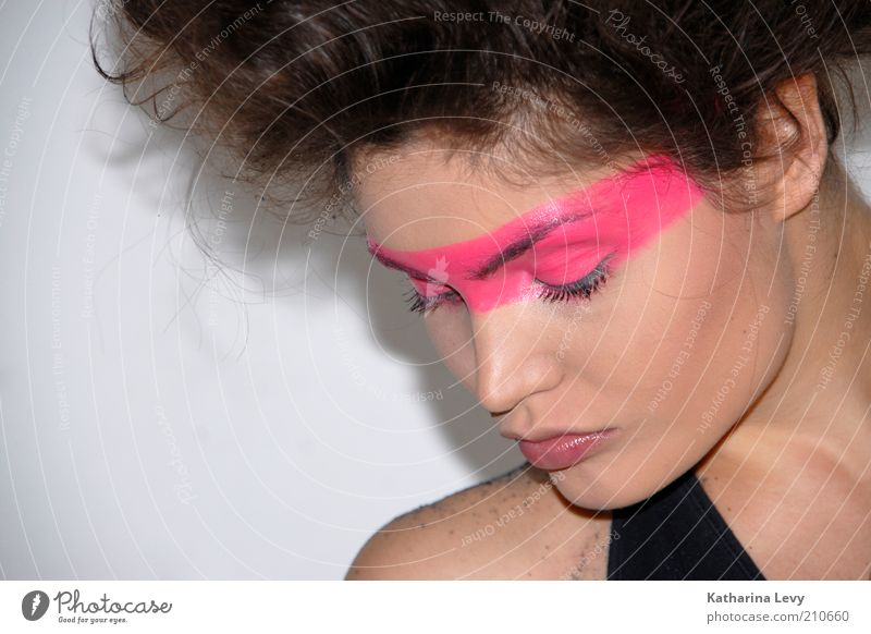 Pink shot Lifestyle Stil schön Kosmetik Schminke Junge Frau Jugendliche Haare & Frisuren Gesicht 1 Mensch 18-30 Jahre Erwachsene brünett Afro-Look Coolness