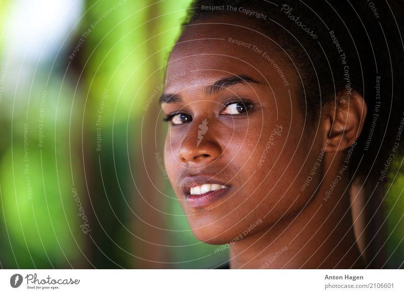 Blickkontakt schön Haut Gesicht feminin Junge Frau Jugendliche 1 Mensch 18-30 Jahre Erwachsene brünett Locken Afro-Look selbstbewußt Sympathie Wahrheit