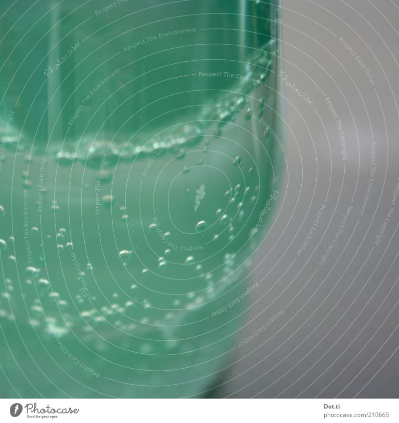 Brause saufen Getränk Erfrischungsgetränk Trinkwasser Limonade Flasche Kunststoff Wasser grün Kohlensäure Blase Mineralwasser traktorgrün türkis kalt