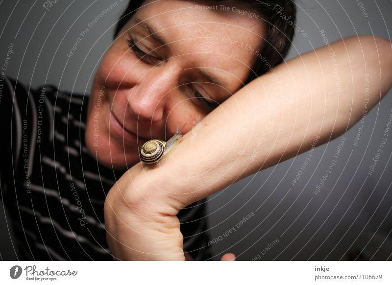 Liebhaben | Schneckentempo 8 Mensch Frau Tier Gesicht Erwachsene Leben Gefühle Zusammensein Freundschaft Wildtier Lächeln Arme beobachten Gelassenheit Vorsicht