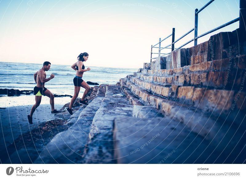 Geeignete junge erwachsene Paare, die zusammen am Strand laufen Mensch Frau Mann Meer Freude Erwachsene Lifestyle Liebe Sport Sand Zusammensein Freizeit & Hobby