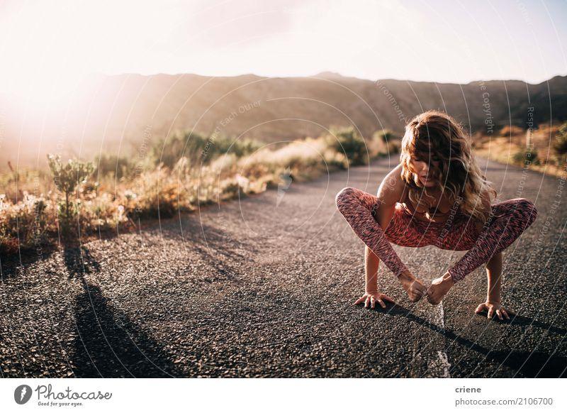 Junge Athletenfrau, die Yoga Handstand tut Lifestyle Gesundheit Gesundheitswesen sportlich Fitness Leben harmonisch Wohlgefühl Erholung Meditation Sport Mensch