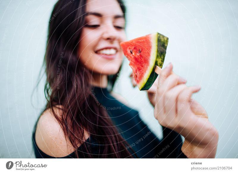 Junge Frau, die popsische Wassermelone isst Lebensmittel Frucht Essen Diät Lifestyle Freude Gesunde Ernährung Sommer Mensch feminin Jugendliche 1 18-30 Jahre