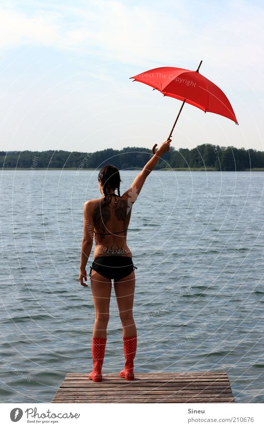 Hierher! Ferien & Urlaub & Reisen Tourismus Sommerurlaub Frau Erwachsene 1 Mensch Himmel Schönes Wetter See Menschenleer Bikini Gummistiefel Regenschirm