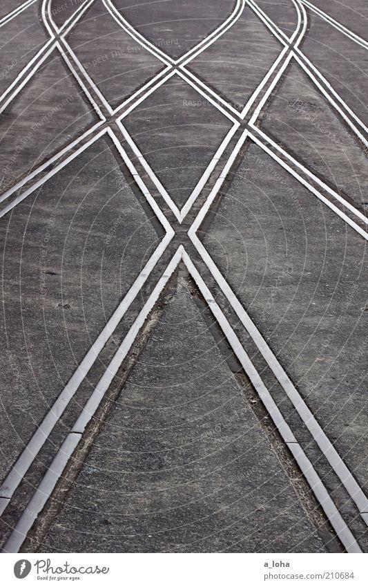 geordnetes chaos Menschenleer Verkehrswege Wegkreuzung Schienenverkehr Gleise Weiche Schienennetz Stahl Linie Pfeil Streifen Netzwerk fest grau standhaft