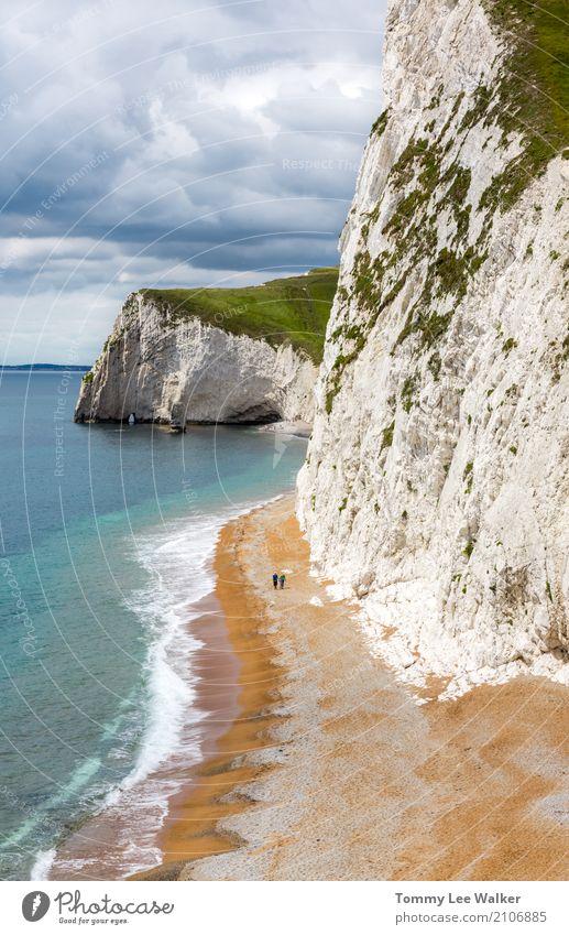 Älterer Mann und ältere Frau geht entlang einen Strand durch Klippen Natur Ferien & Urlaub & Reisen blau Sommer schön Landschaft Meer Erholung Ferne Lifestyle
