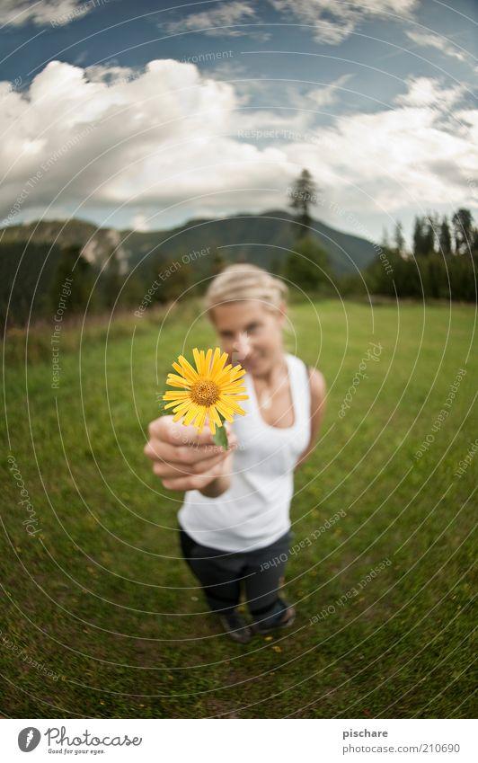 Ich habe eine Blume und werde sie auch benutzen! Natur Jugendliche schön Sommer Blume Wolken gelb Wiese feminin Berge u. Gebirge Gefühle Glück Erwachsene blond ästhetisch Romantik