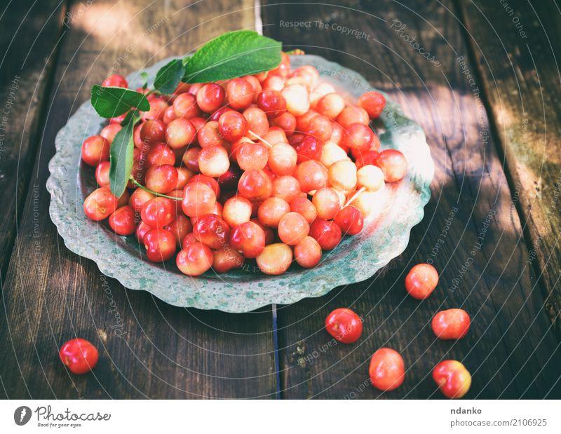 Reife rote Kirsche Frucht Dessert Vegetarische Ernährung Teller Sommer Garten Tisch Natur Holz frisch natürlich retro saftig gelb Hintergrund Beeren