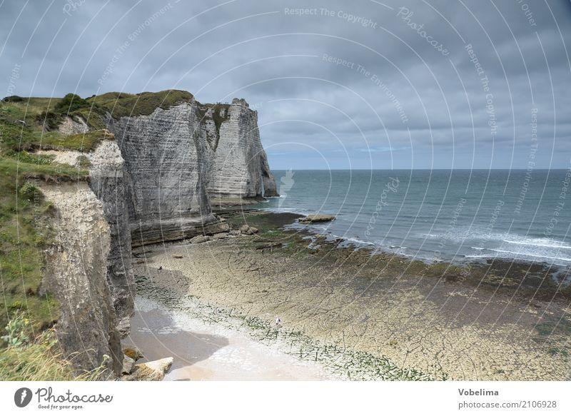 Küste bei Etretat in der Normandie Himmel Natur blau grün Wasser weiß Landschaft Meer Wolken schwarz grau braun Felsen Wellen