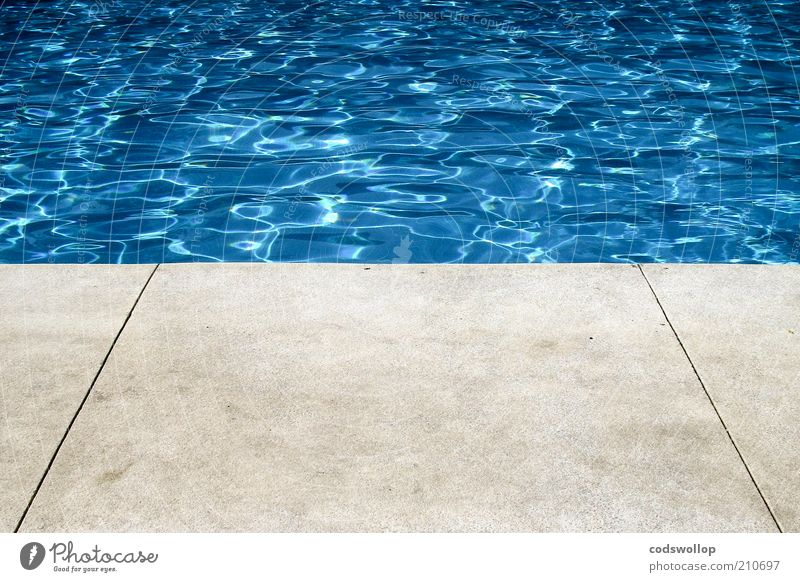 photograph of a hollywood swimming pool Wasser blau Sommer grau Wärme Lifestyle Schwimmbad Sauberkeit Sommerurlaub Wasseroberfläche Betonboden Beckenrand 50%