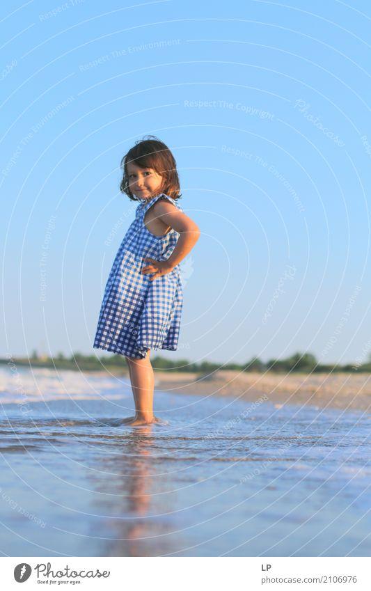 am Meer Mensch Kind Ferien & Urlaub & Reisen Freude Ferne Mädchen Strand Leben Lifestyle Gefühle Familie & Verwandtschaft Spielen Freiheit Häusliches Leben