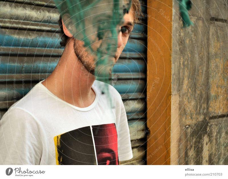 Einundhalb Augen maskulin Junger Mann Jugendliche 18-30 Jahre Erwachsene Mauer Wand T-Shirt beobachten entdecken Blick Neugier verstecken Fetzen Rollladen