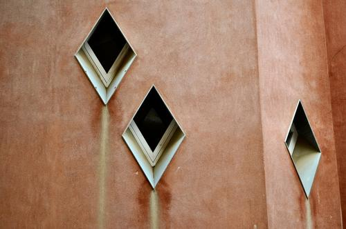 Fensterähren Barcelona Haus braun rot Park Güell Gedeckte Farben Außenaufnahme Sehenswürdigkeit Fensterscheibe Fensterrahmen außergewöhnlich Strukturen & Formen