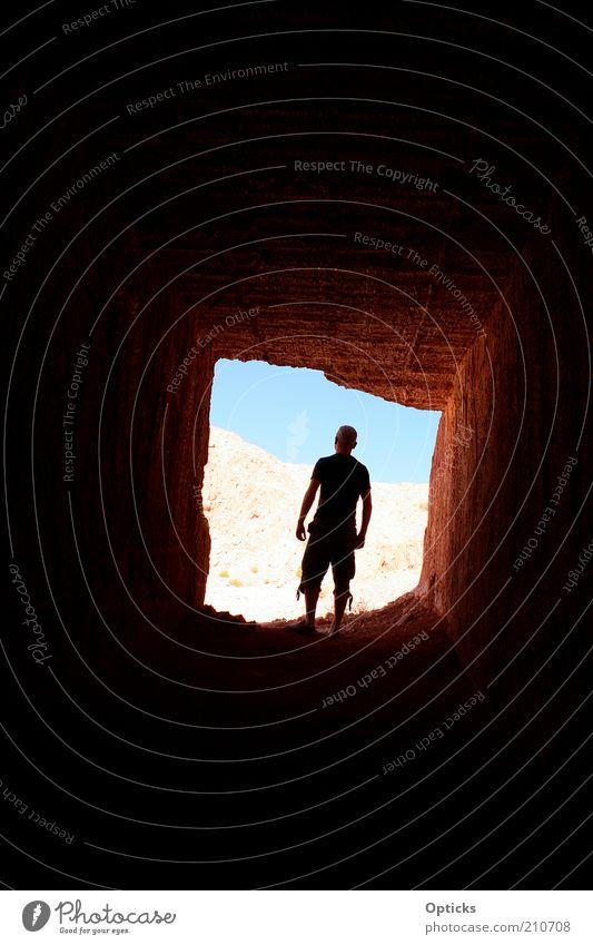 lichtblick Mensch Mann Sommer Erwachsene maskulin Ausflug Abenteuer ästhetisch authentisch stehen geheimnisvoll entdecken Tunnel Sommerurlaub Tourist Ausgang