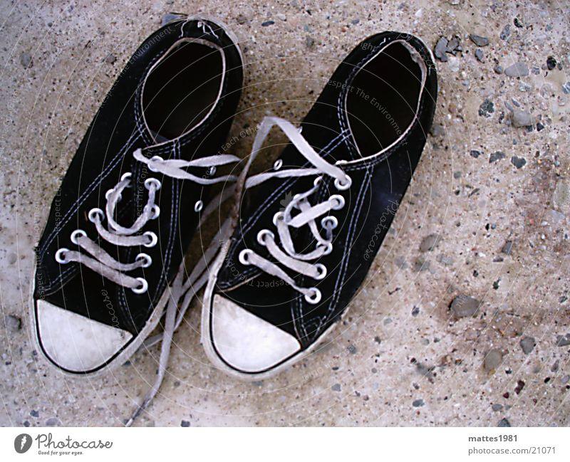 alte Freunde Leben Stil Mode Freizeit & Hobby Schuhe laufen paarweise schäbig Turnschuh Chucks gebraucht abgelaufen ausgelatscht