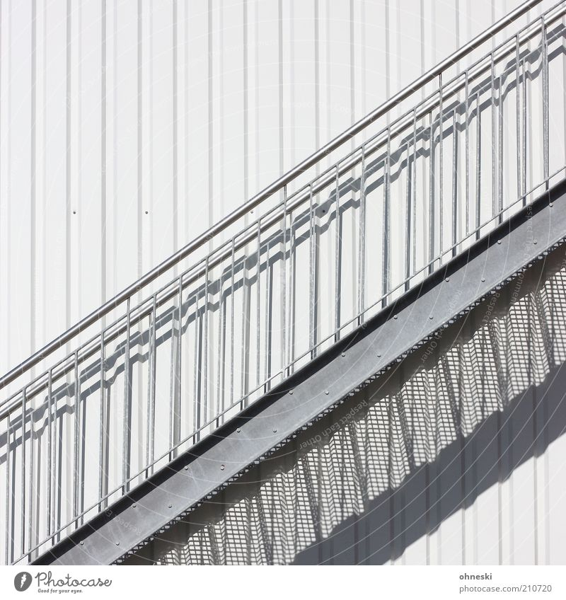 Aufwärts weiß grau Gebäude Metall Fassade Treppe Zukunft Fabrik Bauwerk aufwärts Geländer Treppengeländer aufsteigen Abstieg