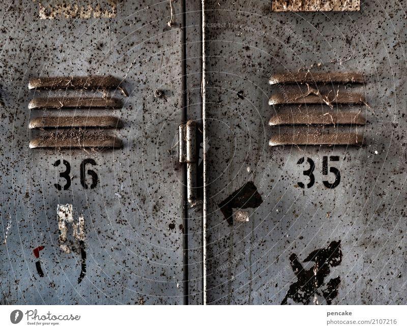 ausgezählt Container Tresor Spind Metall Ziffern & Zahlen alt authentisch dreckig Arbeitsplatz Arbeitsbekleidung 35 36 Belüftung Schlitz Lamellenjalousie Rost