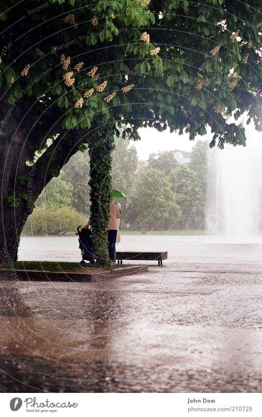 Wenn jetzt Sommer wär Mensch Baum Einsamkeit Traurigkeit Park Regen Freizeit & Hobby nass Platz Sträucher Schutz Regenschirm feucht schlechtes Wetter Wasser Brunnen