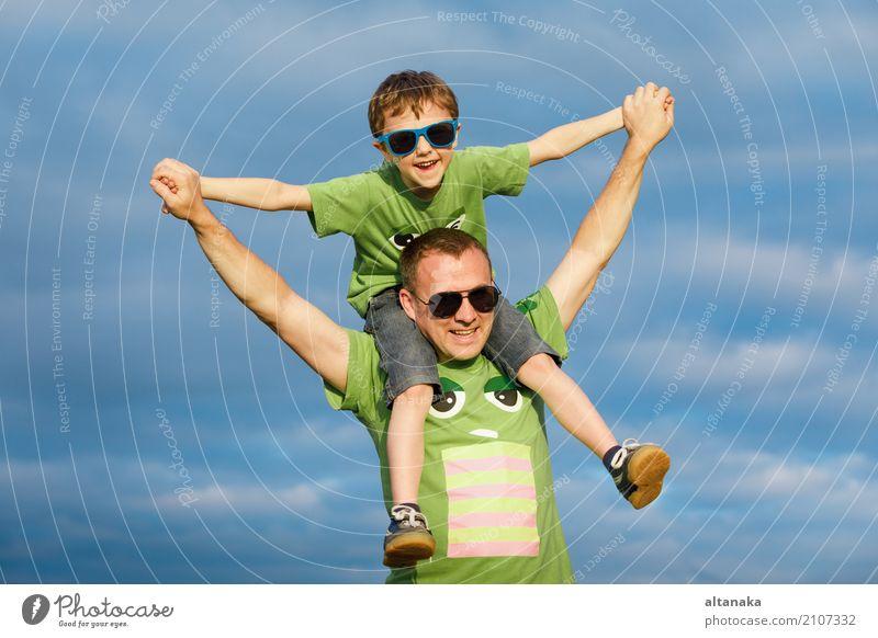 Vater und Sohn, die auf die Straße zur Tageszeit gehen. Mensch Kind Natur Ferien & Urlaub & Reisen Mann Sommer Sonne Erholung Freude Strand Erwachsene Lifestyle