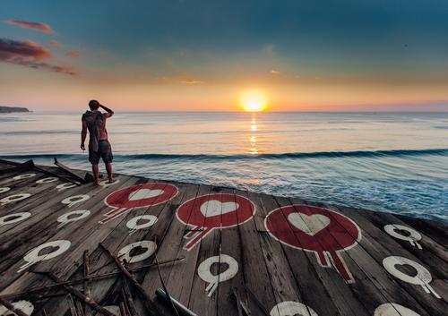 Sonnenuntergang voller Liebe Lifestyle Ferien & Urlaub & Reisen Abenteuer Freiheit Sommer Strand Meer Insel Wellen maskulin Junger Mann Jugendliche 1 Mensch