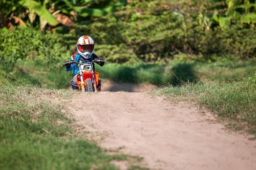 Moto-Cross Mensch Kind Jugendliche grün Baum Straße Sport Gras Junge Erde Kindheit niedlich Urwald selbstbewußt Bahn Rennbahn