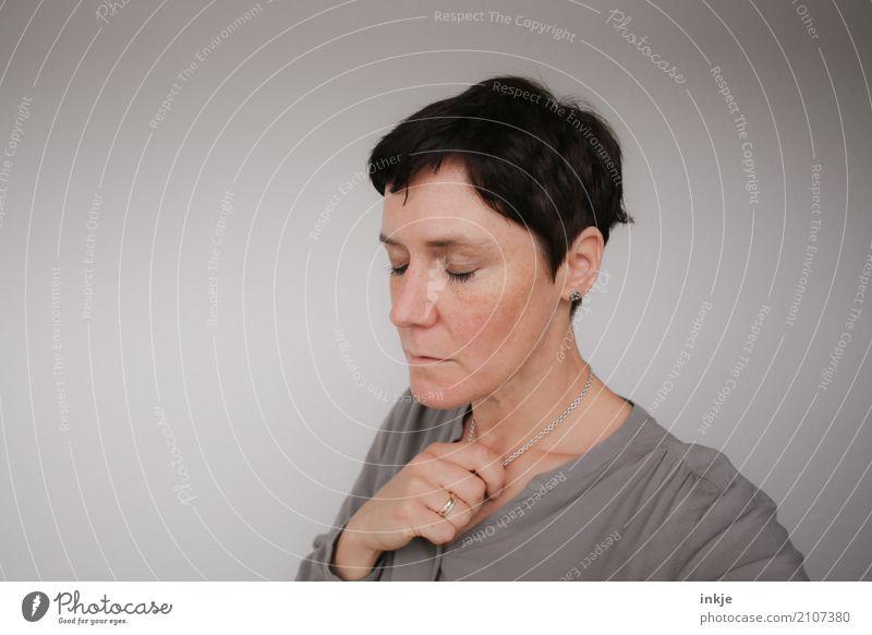 sei doch mal kurz still Frau Erwachsene Leben Gesicht Hand 1 Mensch 30-45 Jahre Haare & Frisuren schwarzhaarig brünett kurzhaarig Denken träumen authentisch