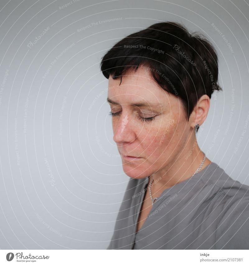 Sorge um Sorge ein Stück älter. Lifestyle Stil Frau Erwachsene Leben Gesicht 1 Mensch 30-45 Jahre 45-60 Jahre schwarzhaarig kurzhaarig Denken träumen