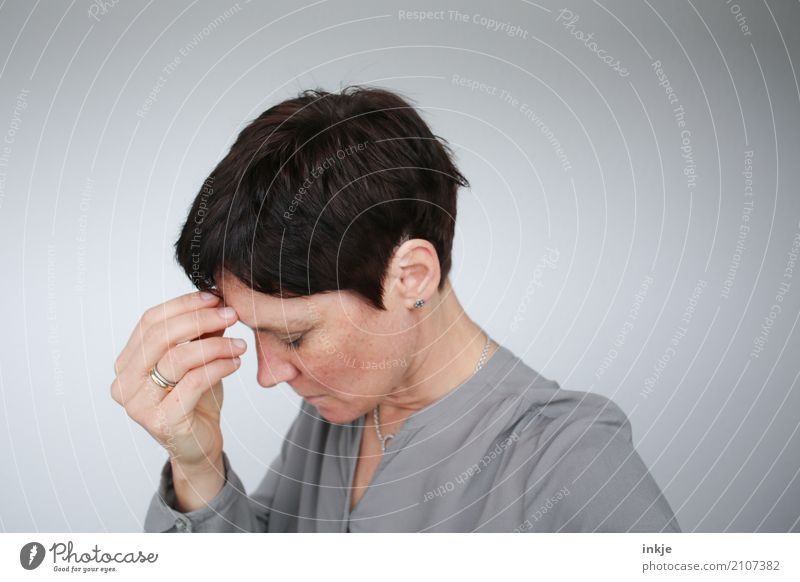 .... Lifestyle Frau Erwachsene Leben Gesicht Hand 1 Mensch 30-45 Jahre Denken Traurigkeit authentisch natürlich Gefühle Stimmung Mitgefühl Vorsicht ruhig