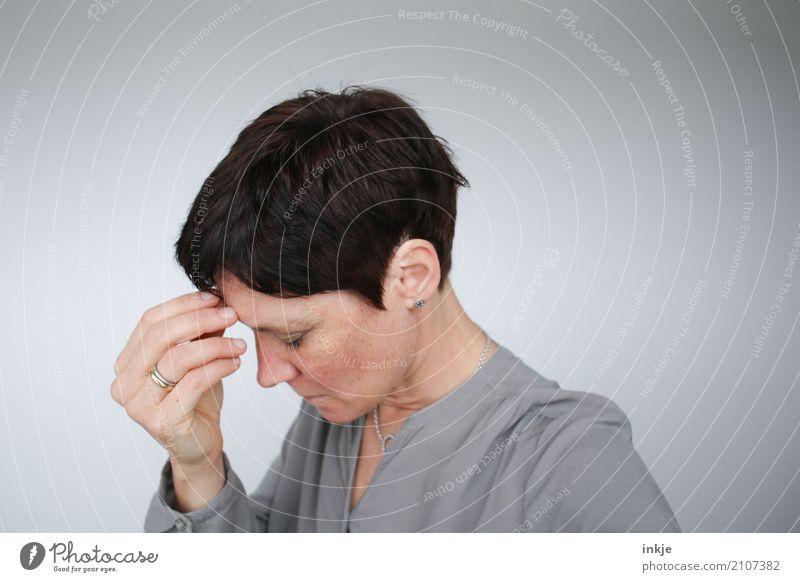 .... Mensch Frau Hand ruhig Gesicht Erwachsene Leben Lifestyle Traurigkeit Gefühle natürlich Denken Stimmung authentisch Trauer Zukunftsangst