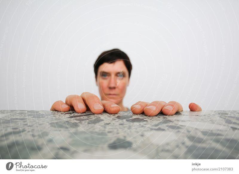 Der gemeine Kopffüßer Lifestyle Freizeit & Hobby Frau Erwachsene Leben Gesicht Hand Finger 1 Mensch Blick außergewöhnlich groß klein lustig nah bizarr