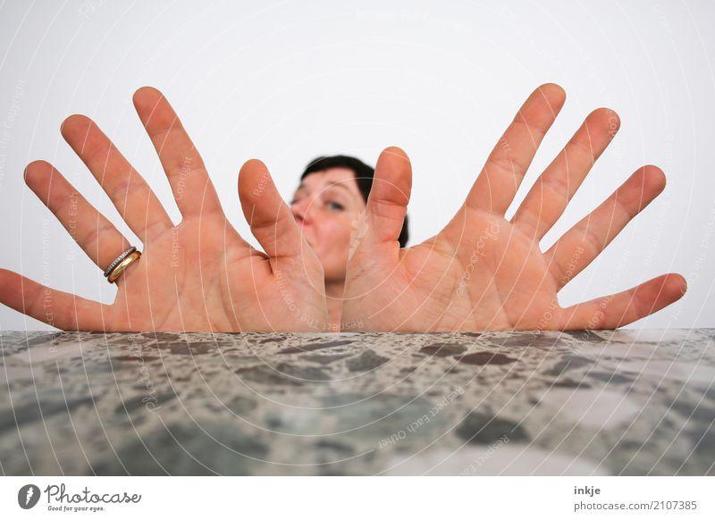 Kopffüßer mit ausgebreiteten Flügeln Lifestyle Freude Freizeit & Hobby Frau Erwachsene Leben Gesicht Hand Handfläche 1 Mensch Lächeln machen Blick