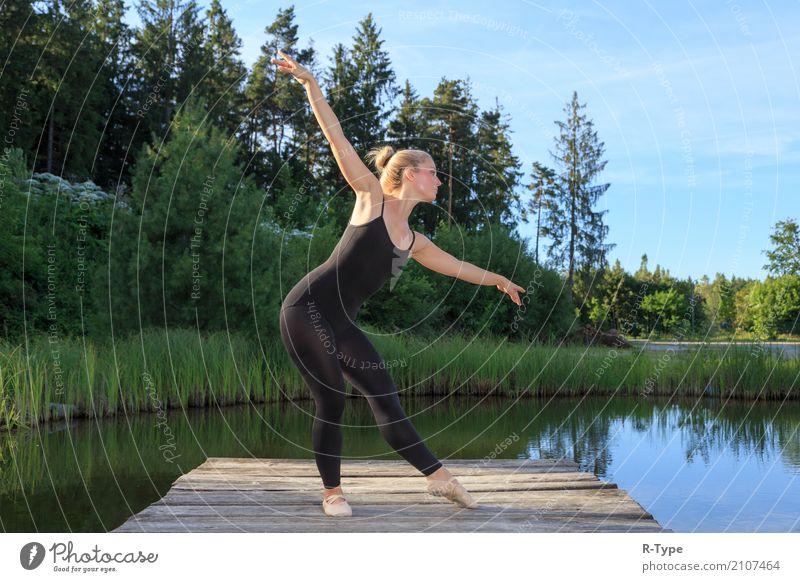 A pretty dancer dancing on a pear Frau Natur Erwachsene Lifestyle Sport Stil Mode Park elegant blond Aktion Tanzen Fitness Körperhaltung Model Künstler