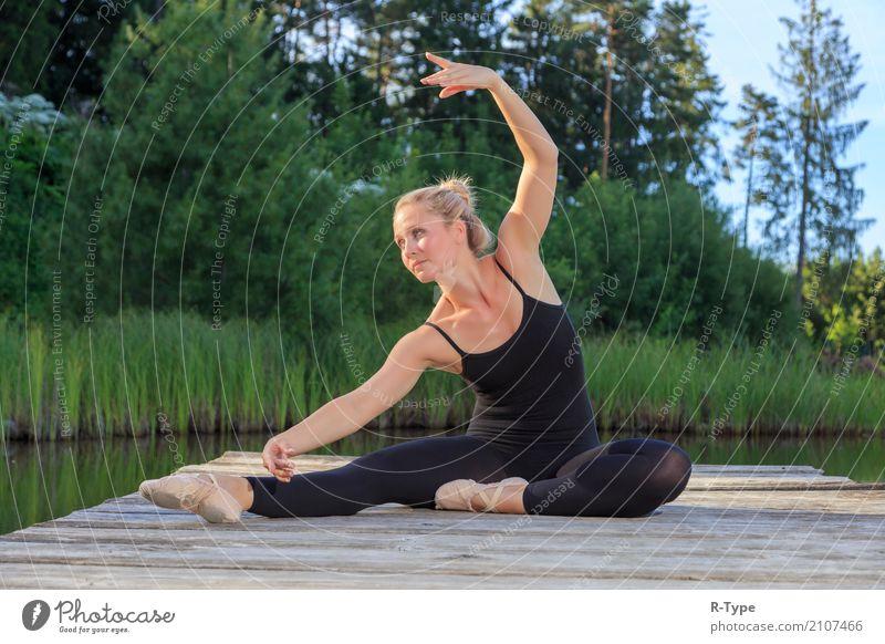 A pretty dancer dancing on a pear Frau Natur Erwachsene Lifestyle Sport Stil Mode Park elegant blond Tanzen Fitness Körperhaltung Künstler Dock Dehnübung