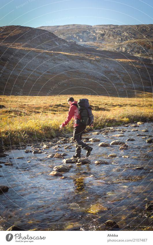 Übergang Mensch Natur Ferien & Urlaub & Reisen Jugendliche Junger Mann Landschaft Berge u. Gebirge Herbst Zufriedenheit wandern Abenteuer Lebensfreude