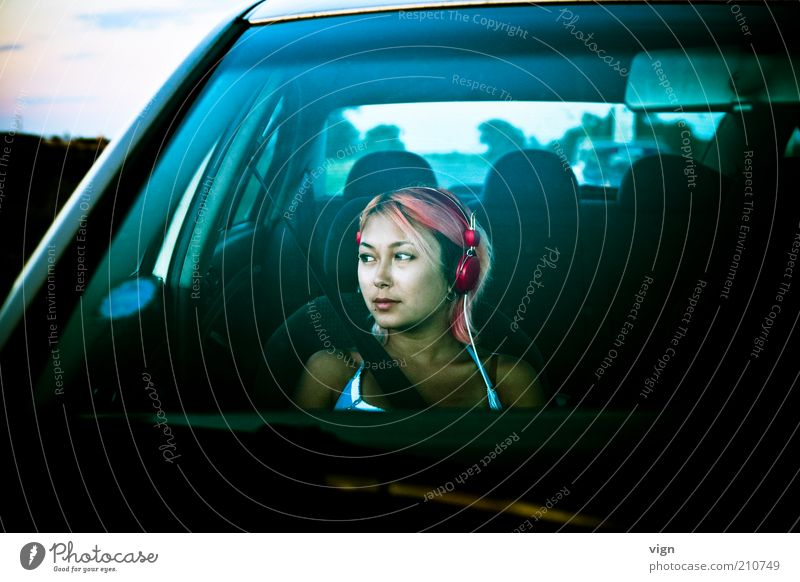 Wandering Belted Haare & Frisuren Ausflug Kopfhörer Mensch feminin Junge Frau Jugendliche Gesicht 18-30 Jahre Erwachsene Autofahren PKW rothaarig träumen