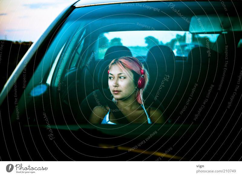 Wandering Belted Mensch Jugendliche Gesicht feminin träumen Haare & Frisuren PKW Erwachsene Ausflug Autofahren Kopfhörer Fernweh rothaarig Frau Junge Frau