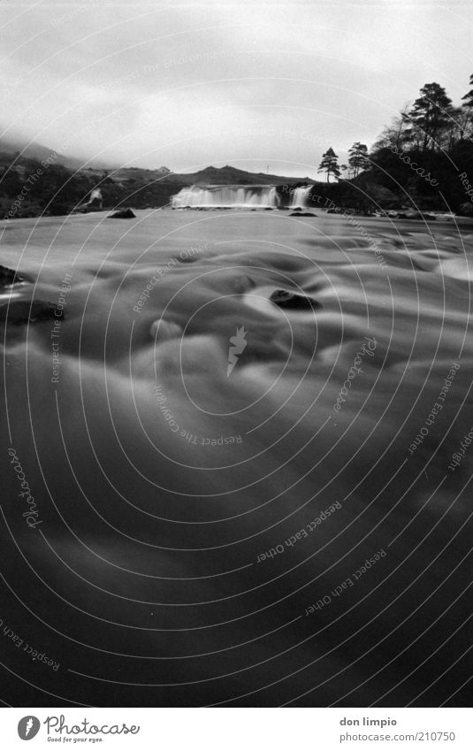 westirland Wasser Himmel weiß schwarz dunkel kalt Bewegung Landschaft Wellen Umwelt Ausflug Fluss analog Flussufer Wasserfall fließen