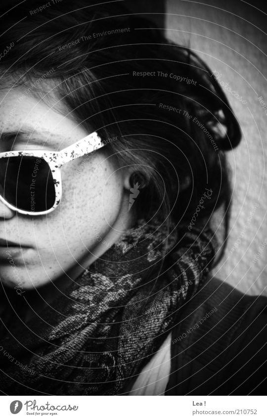 getarnt Mensch Gesicht ruhig feminin Stil Denken retro Schwarzweißfoto brünett Sonnenbrille Brille langhaarig Schal Bildausschnitt seriös Blick nach unten