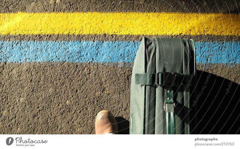 En attente blau grün Erwachsene gelb Linie Fuß Schuhe Asphalt 18-30 Jahre Bahnhof Koffer Bahnsteig Passagier Perspektive Markierungslinie