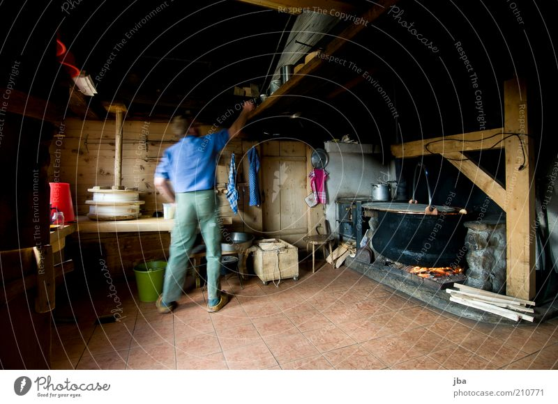 Bergbauer Mensch Mann alt Erwachsene Holz Arbeit & Erwerbstätigkeit maskulin authentisch Feuer Küche Landwirtschaft Bauernhof Schweiz historisch Werkzeug Tradition