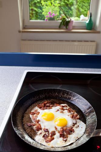 sunny side up Speck Ei Spiegelei Menschenleer Speckwürfel Pfanne Eisenpfanne Herd & Backofen Küche schwarz Fett Fenster Kochplatte Häusliches Leben Wohnung