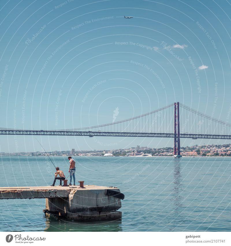 Angler am Tejo Landschaft Urelemente Wasser Himmel Wolken Sommer Schönes Wetter Flussufer Lissabon Tejo-Brücke Stadtrand Hafen Leben Angeln Steg Farbfoto
