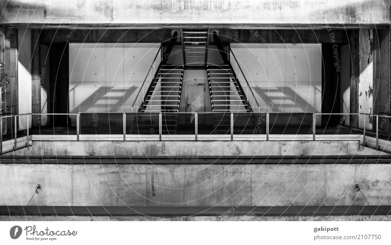 Lissabon Verkehr Verkehrswege Öffentlicher Personennahverkehr Schienenverkehr Bahnfahren U-Bahn Bahnhof Bahnsteig Gleise Symmetrie Güterverkehr & Logistik Stadt