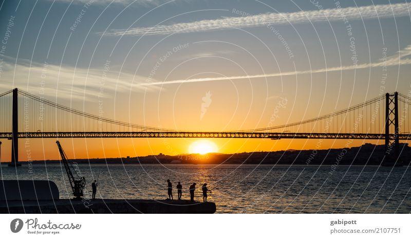 am Fluss Ferien & Urlaub & Reisen Tourismus Ausflug Abenteuer Ferne Sightseeing Städtereise Sommerurlaub Landschaft Schönes Wetter Flussufer Tejo-Brücke
