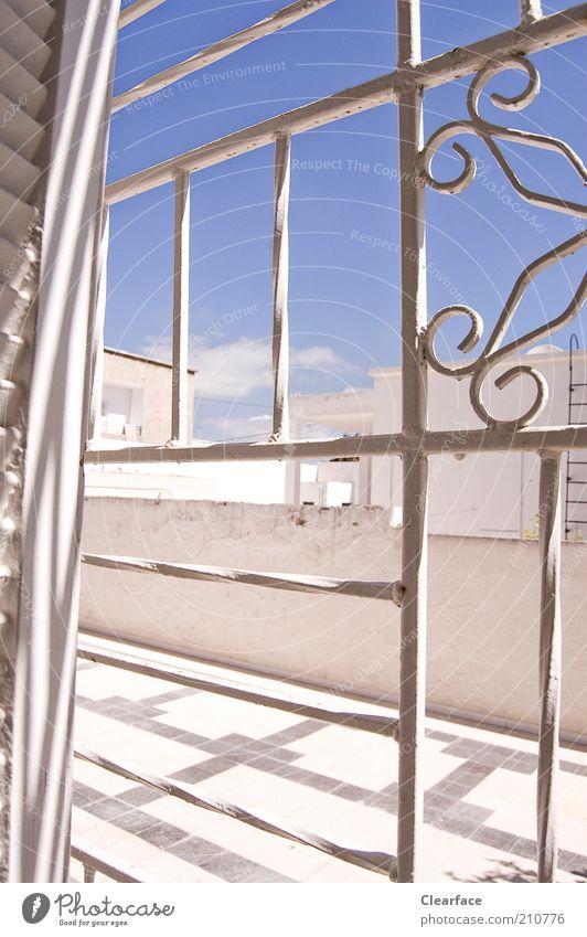 Orientalischer Hinterhof blau weiß Fenster Wand Wärme Mauer gut Häusliches Leben Schutz Fliesen u. Kacheln Hütte Terrasse Gitter Blauer Himmel mediterran