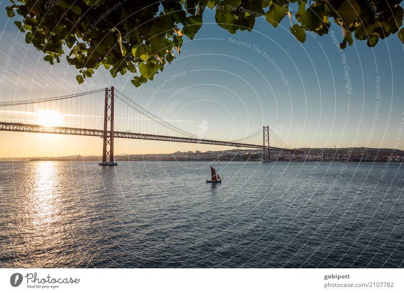 am Fluss Wasser Himmel Klima Schönes Wetter Flussufer Tejo Tejo-Brücke Lissabon Portugal Bauwerk Sehenswürdigkeit Wahrzeichen Wärme Farbe