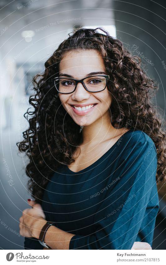 Businessporträt junge Frau mit lockigem Haar und Brille elegant Stil Freude Glück schön Körperpflege Haare & Frisuren Gesicht Wellness harmonisch Wohlgefühl