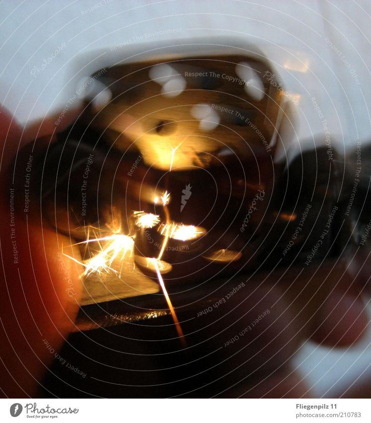 Feuerzeug Funken Blitze glänzend Wärme hell heiß entzünden Flamme Unschärfe anzünden Textfreiraum unten Textfreiraum oben Farbfoto Nahaufnahme Lichterscheinung