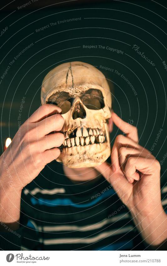 My Brain Hurts Mann Erwachsene blau gelb Stimmung Tod bizarr Verfall Vergänglichkeit Schädel morbid Hand Zähne zeigen Symbole & Metaphern Blick Farbfoto